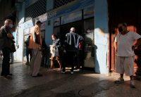 Un grupo de personas hace fila frente a una panadería, en La Habana, Cuba, el 20 de enero de 2021. (REUTERS/Stringer)