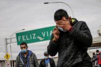 Algunos migrantes que fueron deportados de Estados Unidos cruzan el puente fronterizo internacional Paso del Norte, en Ciudad Juárez, México, el 29 de enero de 2021. Credit Jose Luis Gonzalez/Reuters