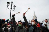 Varios manifestantes levantan escobillas de baño en una protesta a favor de Navalni en Moscú. MAXIM SHEMETOV / Reuters