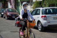Karla Hitzuri Montano, médica cirujana, monta en bicicleta para tratar a uno de sus pacientes que padece COVID-19, en un barrio de Ciudad de México el 4 de febrero de 2021. (Claudio Cruz/AFP)