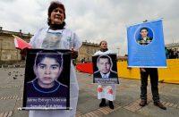 Familiares de civiles asesinados por integrantes del ejército colombiano y presentados como guerrilleros reclaman justicia en Bogotá en 2014. Credit Luis Acosta/Agence France-Presse — Getty Images