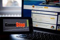 El foro WallStreetBets de Reddit y el logotipo de la empresa GameStop. (Tiffany Hagler-Geard/Bloomberg)
