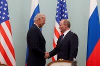 Joe Biden saludando a Vladimir Putin en 2011, durante su etapa como vicepresidente. Foto: David Lienemann, Official White House. (Dominio Público)