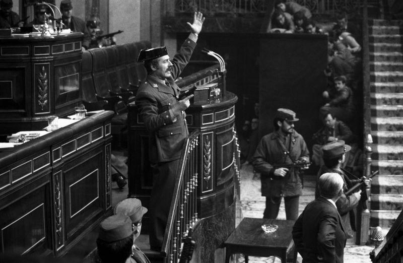 El teniente coronel Tejero irrumpe, pistola en mano, en el Congreso de los Diputados el 23 de febrero de 1981, durante la segunda votación de investidura de Calvo Sotelo como presidente del Gobierno.MANUEL P. BARRIOPEDRO / EFE