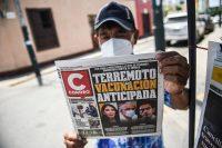 Un periódico destaca el escándalo de vacunación temprana que involucra a políticos y altos funcionarios peruanos, en Lima, el 15 de febrero de 2021. (Ernesto Benavides/AFP vía Getty Images)