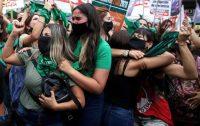 Activistas por el derecho al aborto celebraban mientras la cámara baja argentina aprobaba un proyecto de ley que legalizaría el aborto en Buenos Aires, Argentina, el 11 de diciembre de 2020. (AP Photo/ Natacha Pisarenko)