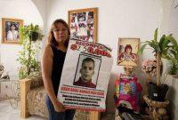La activista asesinada Marisela Escobedo, con un cartel del presunto responsable de la muerte de su hija.AP