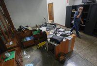 Carlos Fernando Chamorro camina por las oficinas saqueadas de Confidencial en Managua, Nicaragua, el 14 de diciembre de 2018.Alfredo Zuniga / AP