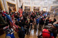 Simpatizantes de Trump, durante el asalto al Capitolio del 6 de enero.JIM LO SCALZO / EFE