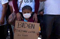 Una niña hondureña sostiene un cartel en una manifestación de migrantes en Tijuana (México), este martes.GUILLERMO ARIAS / AFP
