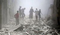 Residentes de Alepo entre los escombros tras un bombardeo.H. Katan / Reuters