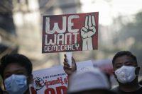 """En las últimas semanas se han organizado manifestaciones en protesta al golpe de Estado militar en Birmania. En esta marcha del 10 de marzo, una persona llevó un cartel que dice en inglés """"Queremos democracia"""". Credit Lynn Bo Bo/EPA vía Shutterstock"""