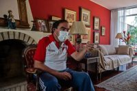 El candidato presidencial de Perú por el partido Acción Popular, Yonhy Lescano, habla durante una entrevista con la AFP en su casa de Lima, el 13 de marzo de 2021. Las elecciones serán el 11 de abril de 2021. (Ernesto Benavides/AFP vía Getty Images)