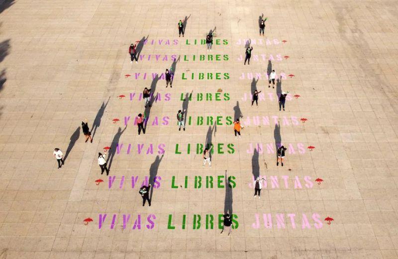 """""""Vivas, libres, juntas"""", con los colores de la bandera feminista interseccional o transincluyente, se lee desde lo alto del Monumento a la Revolución en Ciudad de México antes de la marcha del 8 de marzo de 2021. (Ana Chinos Salgado/ Cortesía para The Washington Post)"""