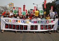 Los manifestantes gritan consignas durante una protesta contra la detención de la activista climática Disha Ravi, en Calcuta, India, el pasado 23 de febrero.RUPAK DE CHOWDHURI / Reuters