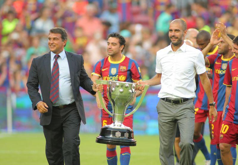 Laporta celebra la obtención de un campeonato liguero con Xavi y Guardiola, en el verano de 2010, durante su primera etapa como máximo mandatario del Barça. Shutterstock