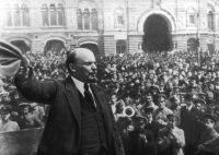 Lenin dirigiéndose a una multitud en la Plaza Roja de Moscú durante la revolución rusa en octubre de 1917.Print Collector/Getty Images