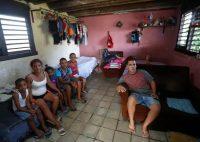 La disidente cubana Anyell Valdés (2-I), posa con familiares y amigos en la casa que fue pintada de azul durante un acto de repudio, en La Habana, Cuba, 23 de febrero de 2021. (Yander Zamora/EPA-EFE/Shutterstock)