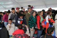 Un grupo de ciudadanos venezolanos hace fila en una oficina de procesamiento de migración en el puente Rumichaca, antes de cruzar la frontera de Colombia a Ecuador, el jueves 13 de junio de 2019. (AP Photo/Dolores Ochoa)