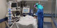 Un enfermero vestido con el Equipo de Protección Individual (EPI) atendiendo a un paciente afecto de COVID-19. Rafael-Jesús Fernández Castillo, Author provided