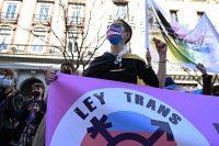 Manifestantes urgen ante Ministerio de Igualdad la aprobación de la 'ley trans'.Fernando Villar / EFE
