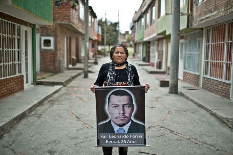 Luz María Bernal muestra una foto de su hijo, Fair Leonardo Porras, en Soacha, Colombia.Pablo Tosco / Oxfam Intermón