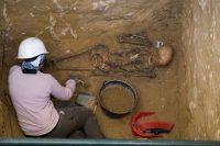 Un arqueólogo de la asociación AMEDE trabaja en una de las fosas comunes donde reposan restos de represaliados por el franquismo en el cementerio de San Fernando, Cádiz.Juan Carlos Toro