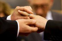 La celebración civil de un matrimonio igualitario en Roma, a unos kilómetros del Vaticano. Credit Gregorio Borgia/Associated Press