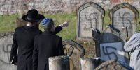 Dos hombres señalan las tumbas destrozadas en diciembre de 2019 en el cementerio judío Westhoffen cerca de Estrasburgo (Francia).Patrick HERTZOG / AFP