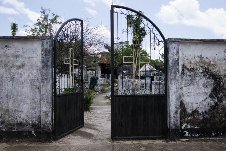 Un cementerio en Puerto Inírida, Colombia, está visiblemente en decadencia. Puerto Inírida es una localidad de la Amazonia colombiana, cerca a Venezuela, que sirve de centro de tráfico de minerales que se extraen en el estado de Amazonas, Venezuela. 2018. Bram Ebus/InfoAmazonia
