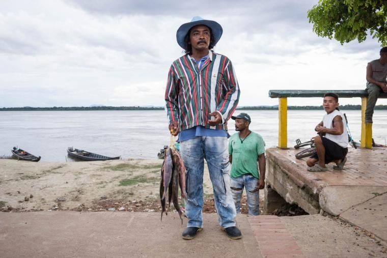 Un pescador pasea por el río Orinoco en Puerto Carreño, Colombia. 2018. Bram Ebus/InfoAmazonia