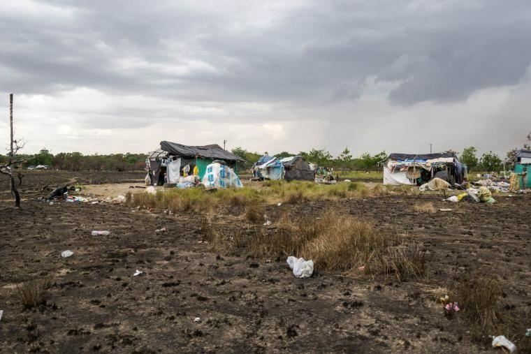 Puerto Carreño está rodeado de barrios habitados por refugiados venezolanos, entre los cuales se encuentran muchos indígenas. Este sector en particular está ubicado al lado de un vertedero de basura donde la gente busca materiales reciclables. 2021. CRISISGROUP/Bram Ebus