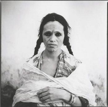 Argelia, 1960. Fotos tomadas a mujeres argelinas para los documentos de identidad en los que se les quitó el velo a la fuerza por las autoridades francesas coloniales. Las fotos fueron usadas luego como testimonio de la brutalidad de la Guerra de Argelia.Marc Garanger