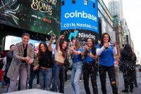 Trabajadoras de Coinbase, plataforma de comercio de criptomonedas (bitcoin entre ellas) celebran afuera del Nasdaq MarketSite en Nueva York, Estados Unidos, el miércoles 14 de abril de 2021. (Michael Nagle/Bloomberg)