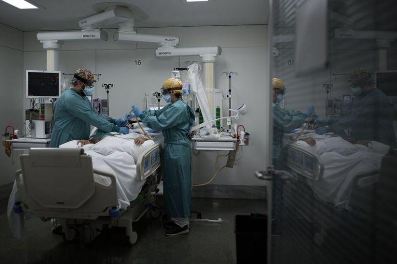 Unidad de Cuidados Intensivos para pacientes covid-19 del Hospital de la Santa Creu i Sant Pau, en Barcelona.Albert Garcia