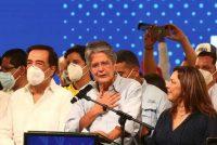 El recién elegido presidente de Ecuador, Guillermo Lasso, celebra tras ganar la segunda vuelta en las elecciones contra el candidato de Unión por la Esperanza, Andrés Arauz, el 11 de abril de 2021 en Guayaquil, Ecuador. (Gerardo Menoscal/Getty Images)