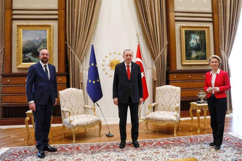 Recep Tayyip Erdogan, flanquedo por Charles Michel y Ursula von der Leyen, en su polémica reunión.DPA vía Europa Press / Europa Press