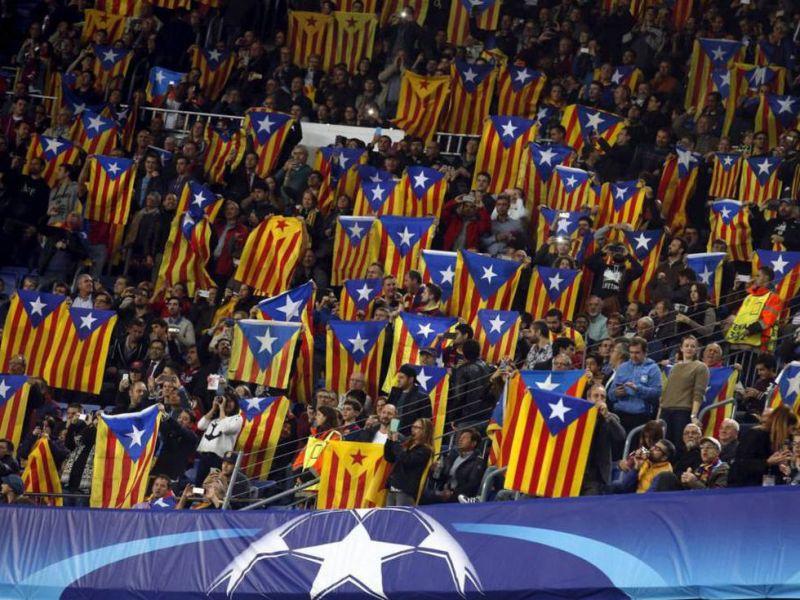 Esteladas durante un partido en el Camp Nou Foto: Reuters