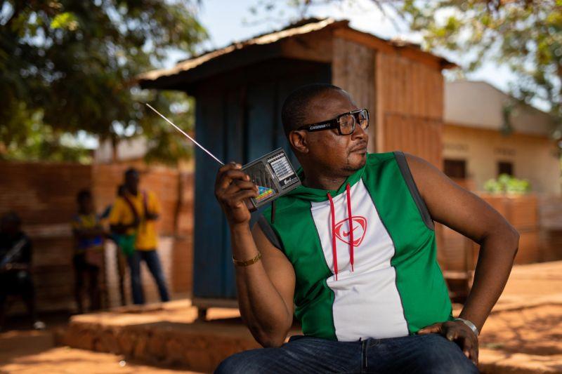 Un auditeur à Bangui, en Centrafrique, mars 2021 — © GWENN DUBOURTHOUMIEU