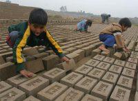 Niños en edad escolar trabajando en una fábrica de ladrillos en Lima.EFE