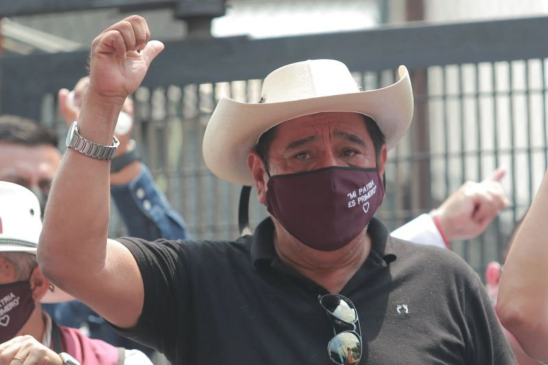 Carlos Salgado Macedonio frente a las instalaciones del Instituto Nacional Electoral, en Ciudad de México, el 12 de abril de este año. Credit Carlos Ramírez/EPA vía Shutterstock