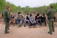 Agentes de la Patrulla Fronteriza de Estados Unidos procesan a un grupo de personas el mes pasado que habían cruzando la frontera desde México en Peñitas, Texas. Credit Joe Raedle/Getty Images