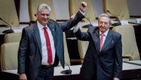 El presidente de Cuba, Miguel Díaz Canel, junto a Raúl Castro.ADALBERTO ROQUE / AFP