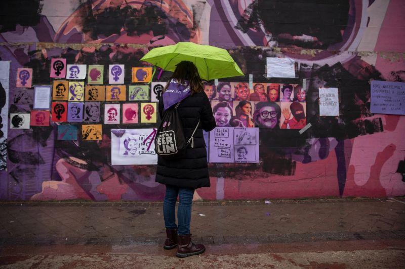 Un mural en Madrid que presentaba a mujeres célebres, fue vandalizada durante la marcha del Día Internacional de la Mujer, el 8 de marzo de 2021, fue intervenida con más rostros de mujeres en días posteriores. Credit Pablo Blazquez Dominguez/Getty Images