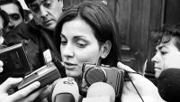 "Un fotograma del documental ""Nevenka"". Nevenka Fernández da declaraciones a los medios después de su denuncia contra el entonces alcalde de Ponferrada. Credit Netflix/Newtral"