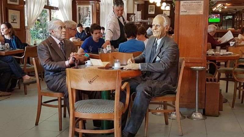 Ninots de Jorge Luis Borges y Adolfo Bioy Casares en el café La Biela.M. R. R.