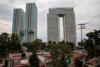 Santa Fe es una de las zonas más desiguales de Ciudad de México: conviven edificios corporativos y residenciales lujosos con barrios pobres. Credit Adriana Zehbrauskas para The New York Times
