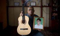 Álvaro Conrado Avendaño, padre de Álvaro Conrado, con una foto de su hijo asesinado.Carlos Herrera