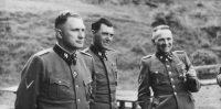 Richard Baer (comandante de Auschwitz, izquierda), Josef Mengele (en el centro) y Rudolf Höß (anterior comandante de Auschwitz, derecha) fotografiados en el complejo de concentración y exterminio en 1944 (foto de Karl Hocker). Wikimedia Commons