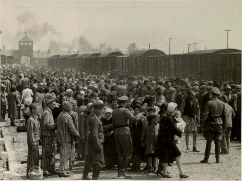 Selección de presos en Auschwitz II-Birkenau (mayo-junio de 1944). Los que se enviaban a la derecha eran asignados a trabajos forzados, los de la izquierda iban a las cámaras de gas. Wikimedia Commons